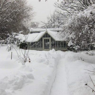 Schnee auf dem Gewächshausdach – die Last mit der Last