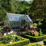 Elsted Greenhouse mit einem Rosengarten.