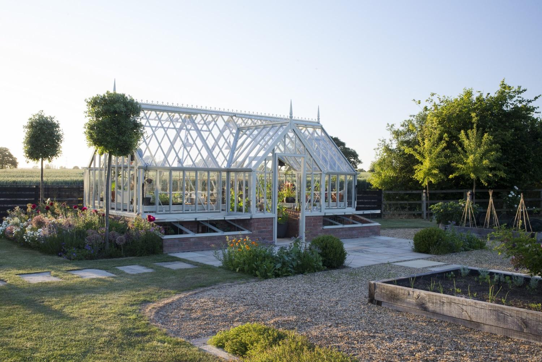 Perfekt abgestimmt - das Gewächshaus (Harting) und das Gartendesign.