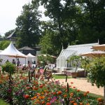 Gartenlust im Schloss Dyck - das Gewächshaus mittendrin.