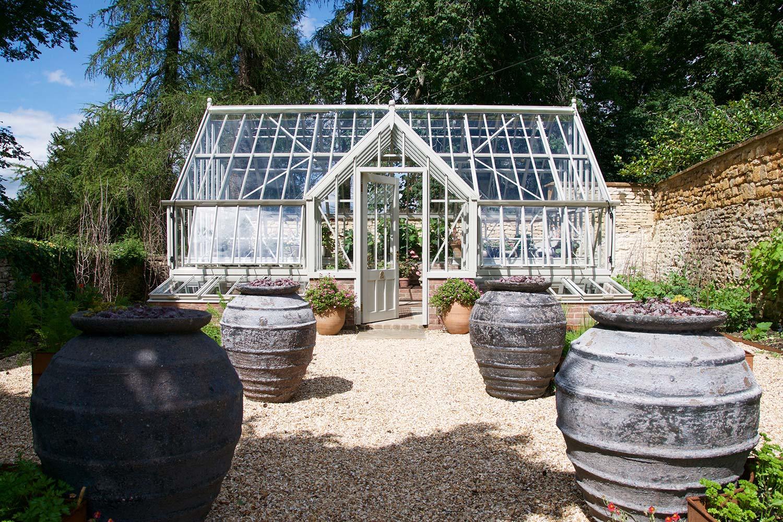 Ein Heyshott passt auch in einen modern gestalteten Garten.