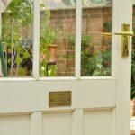 Jedes Gewächshaus hat seine eigene Nummer auf dem Türschild.