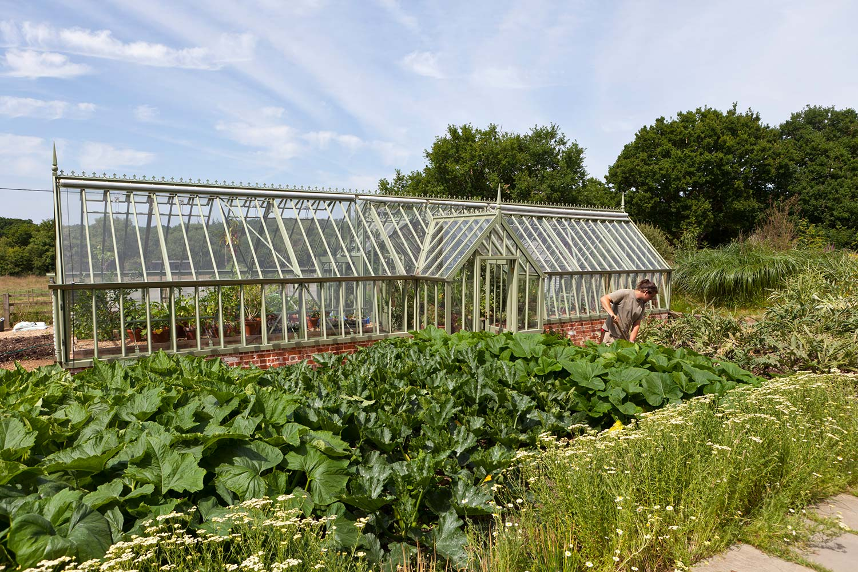 Praktisch. Zu beiden Seiten des Gewächshauses erstreckt sich ein Gemüsegarten, daher auch 2 Eingangslobbies.