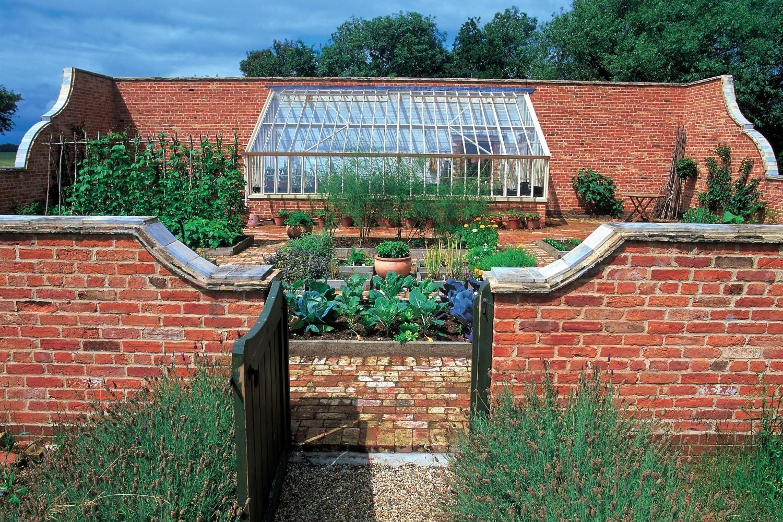 Passt. Ein Pultdachhaus in einem kleinen neu angelegten Walled Garden.