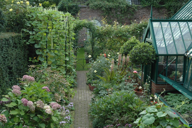 Üppig blüht es im Bauerngarten rundum das Gewächshaus.