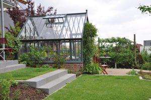 Viktorianisches Gewächahus in einem modernen Garten.
