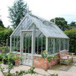 Das Aiton Greenhouse in einem neu angelegten Garten.
