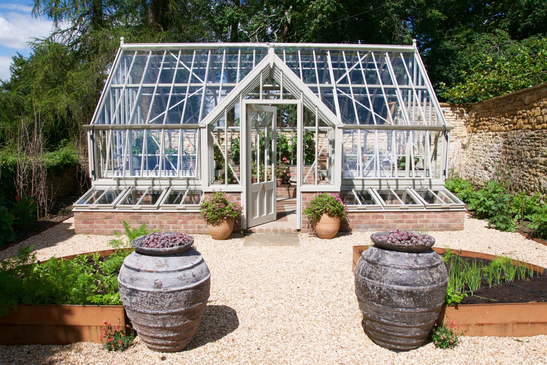 Ein Crane Greenhouse passt auch in einen modern gestalteten Garten.