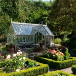 Fortrey Gewächshaus in einem Rosengarten.