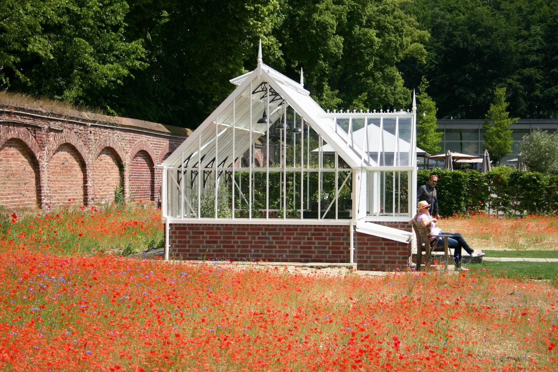 Ganz klassisch in weiß mit schwarzen Spandrillen - das Crane im Garten von Schloss Dyck.