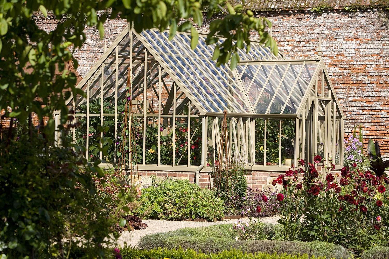 Ein Compton Greenhouse in einem englischen Walled Garden.