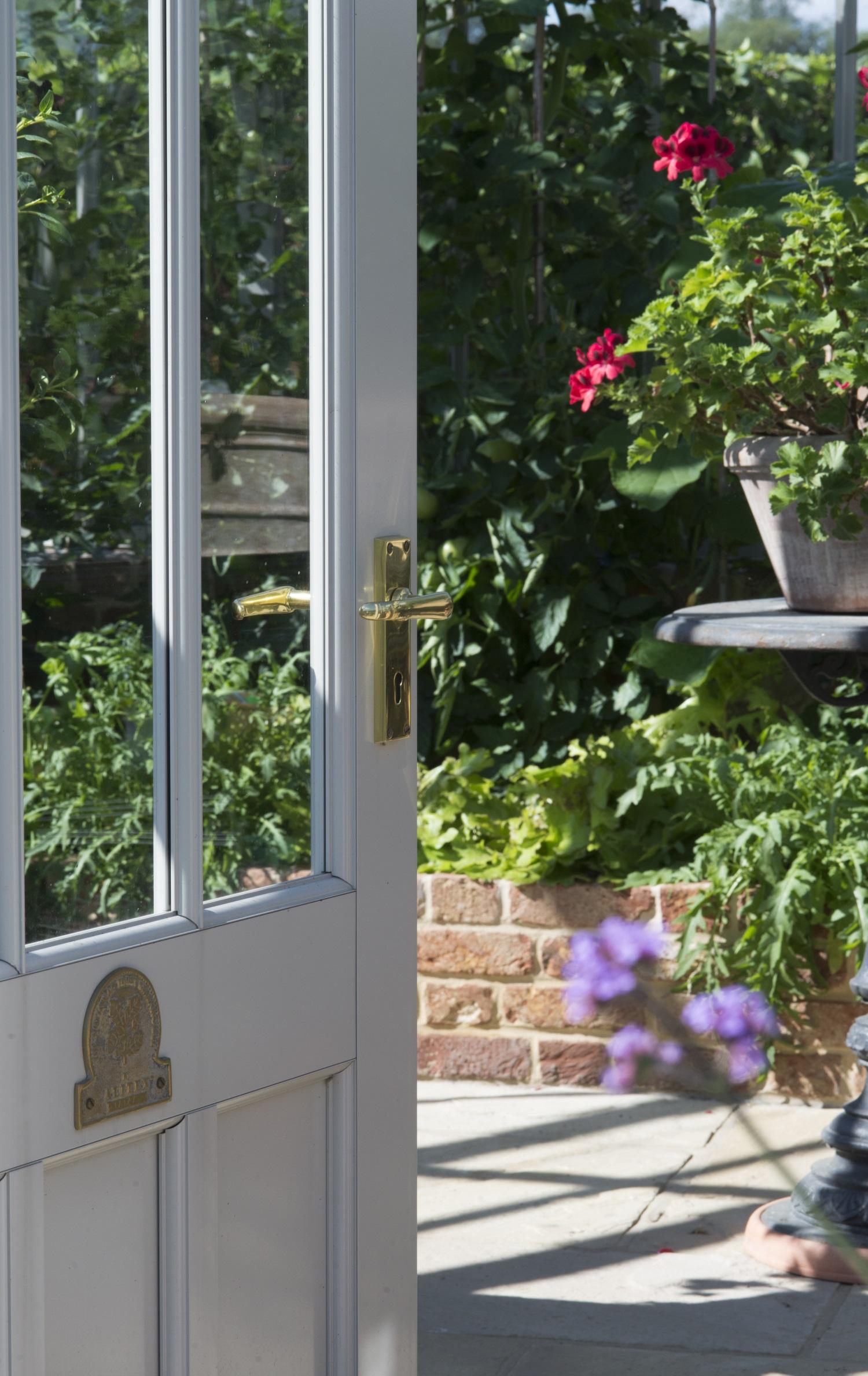 Willkommen! Jedes Gewächshaus hat seine eigene Nummer auf dem Türschild.