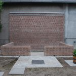 Das Gewächshaus kann kommen - Sockel und Mauer aus Klinker.
