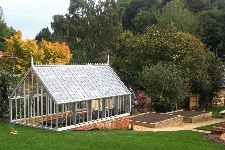 Ein Burton Greenhouse in Hanglage.