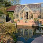 Das neue Anlehn-Gewächshaus am Koi-Teich.